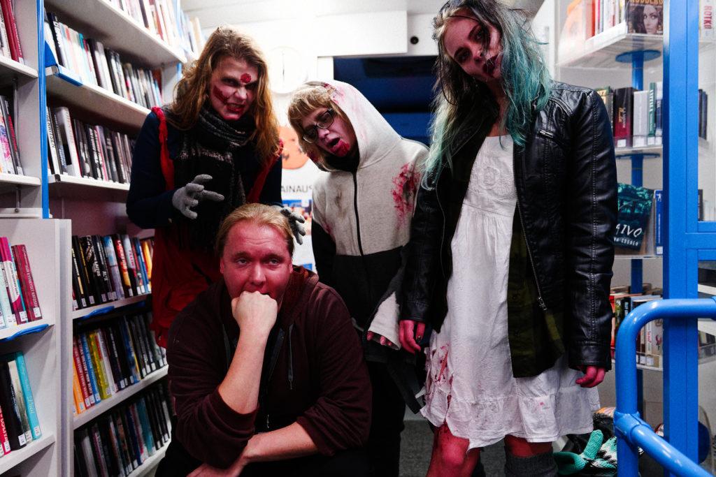 Zombiet pistäytyivät kirjastoauto Pokkarissa zombiejuoksun aikana. Tapahtuman järjestivät kirjasto ja nuorisopalvelut Mansikkaniemellä Suomen sodan poluilla.