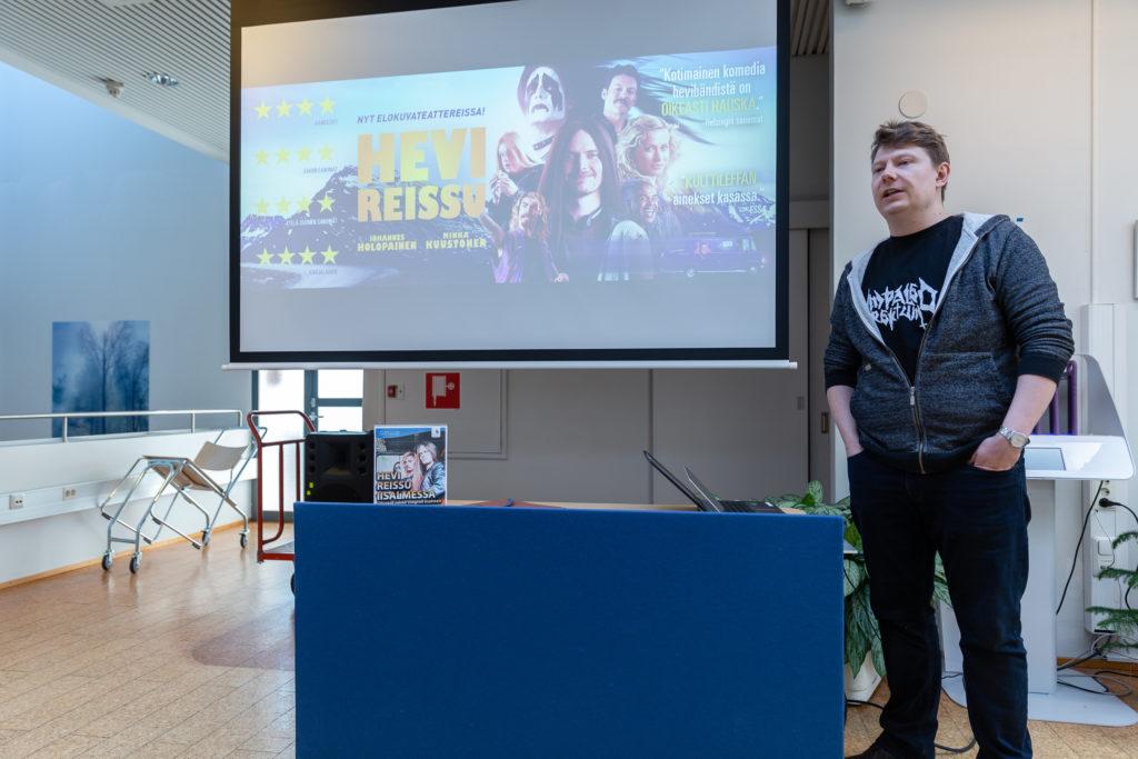 Ohjaaja Jukka Vidgren kertoi kirjaston monitoimitilassa Hevi reissu -elokuvan tekovaiheista.