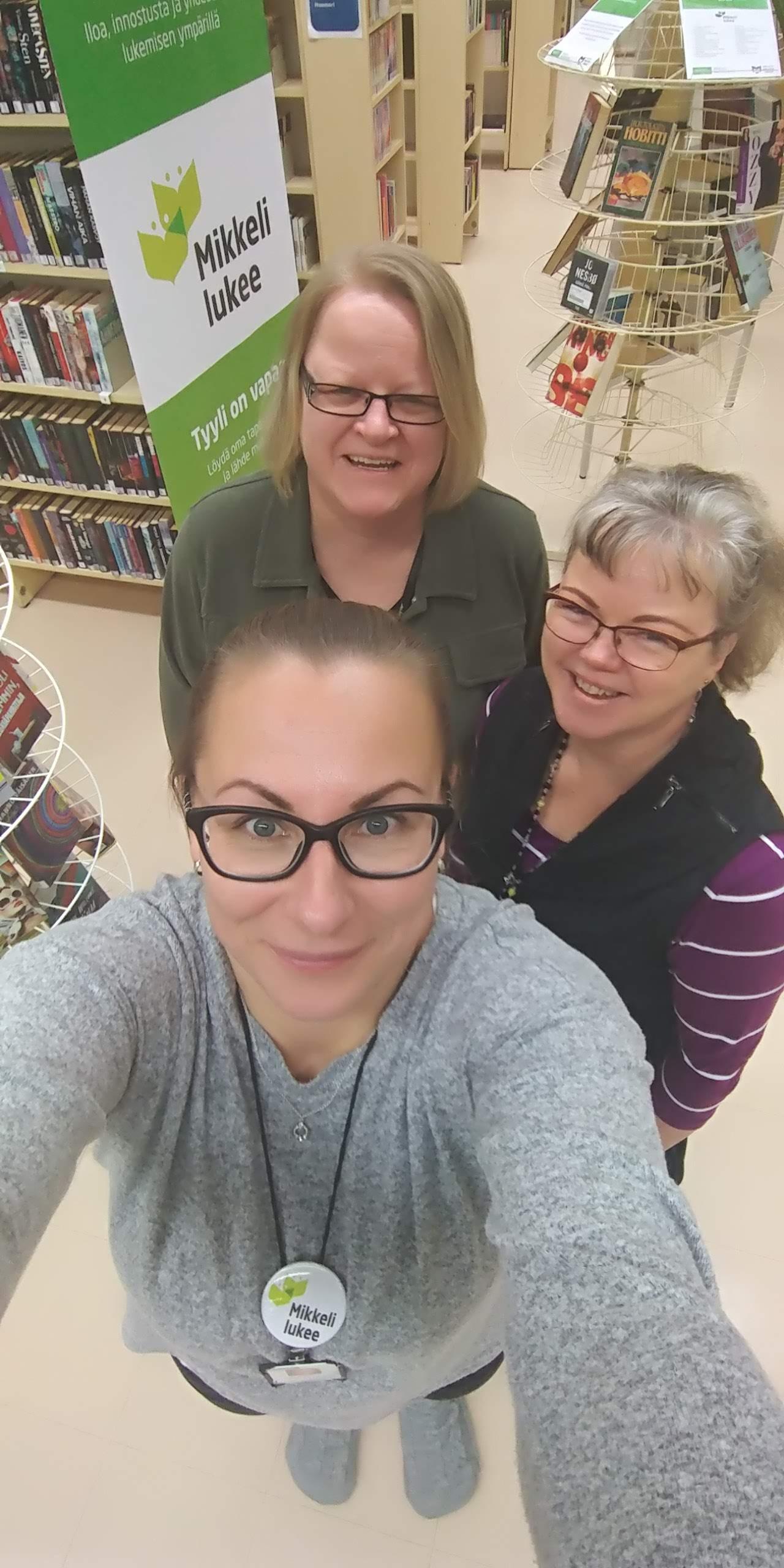 Kuvassa etummaisena kirjastovirkailija Tiina Janhunen, lilassa paidassa palvelusihteeri Paula Vahvaselkä sekä palvelusihteeri Jaana Lahikainen.