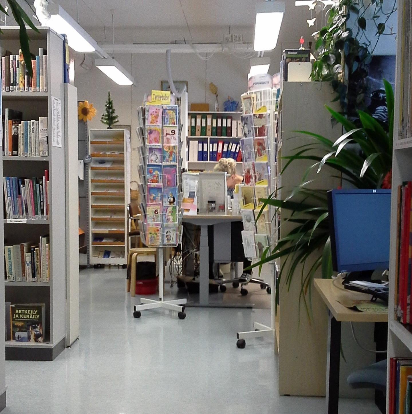 Kirjaston yhteydessä toimivassa yhteispalvelupisteessä on mm. Postin myyntipiste ja Kangaslammin liikuntatalon varauspalvelut. Pisteelle on oma asiakassisäänkäynti. Tiskin takana palvelusihteeri Eija Ruuskanen.