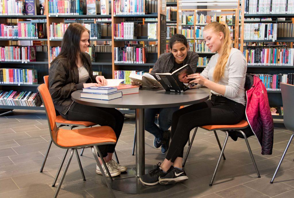Iloisia kirjaston asiakkaita