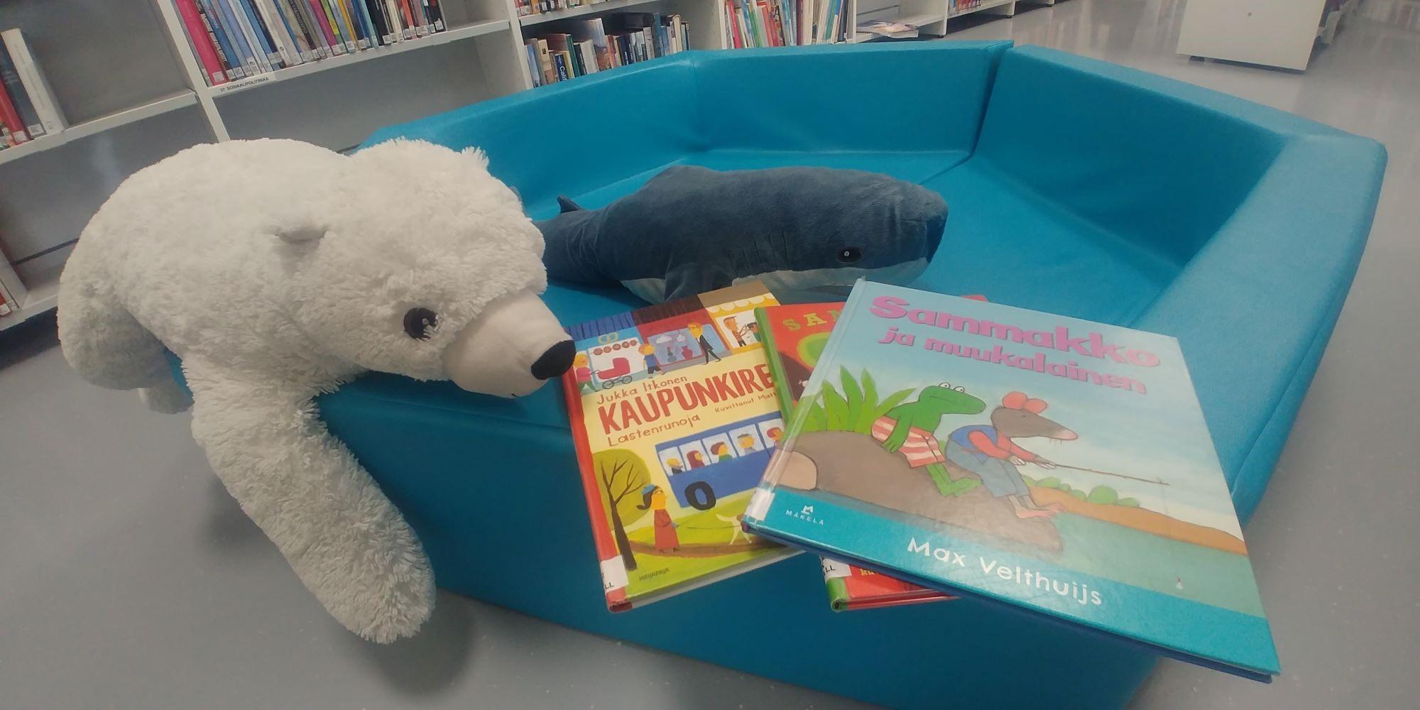 Jääkarhu ja valas lasten kirjallisuuteen perehtymässä