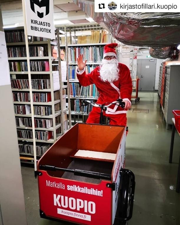 Joulupukki kirjastofillarin ohjaksissa