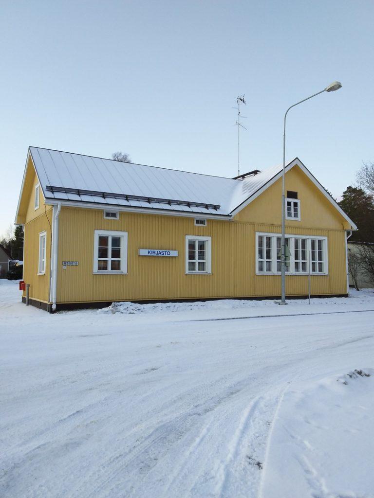 Riistaveden kirjasto ulkoa talvisessa maisemassa